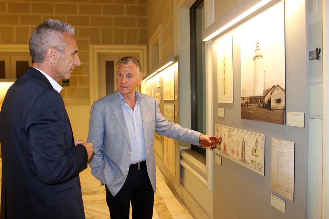 El Consejero de Cultura, Miguel Ángel Vázquez, visita las exposiciones dedicadas al bicentenario de la Farola
