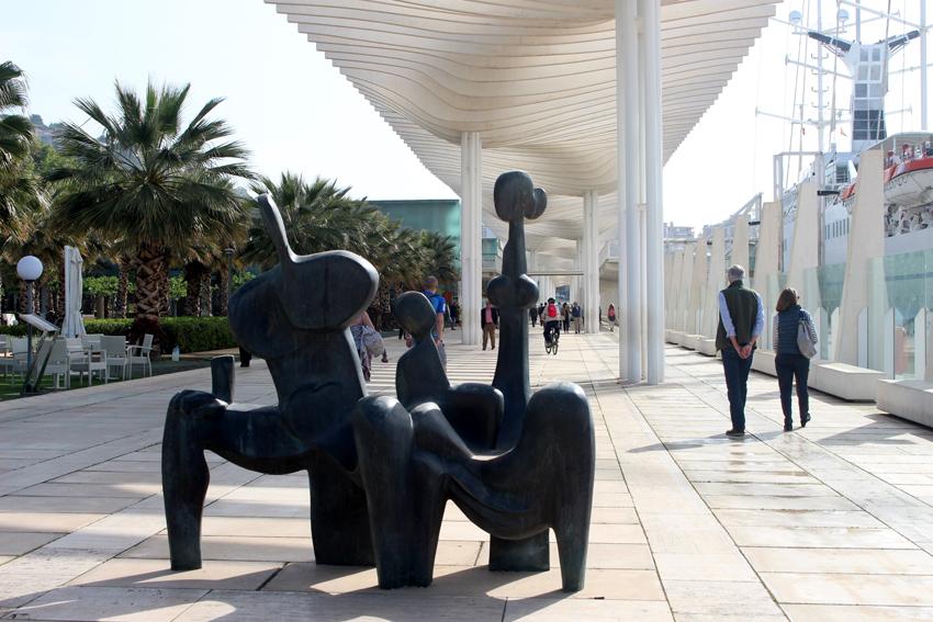 Escultura 'La familia sentada', de Elena Laverón, en el Palmeral