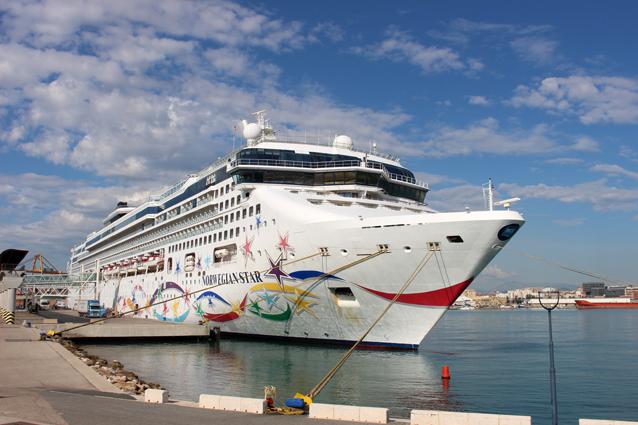 El buque de crucero 'Norwegian Star' visita por primera vez el Puerto de Málaga