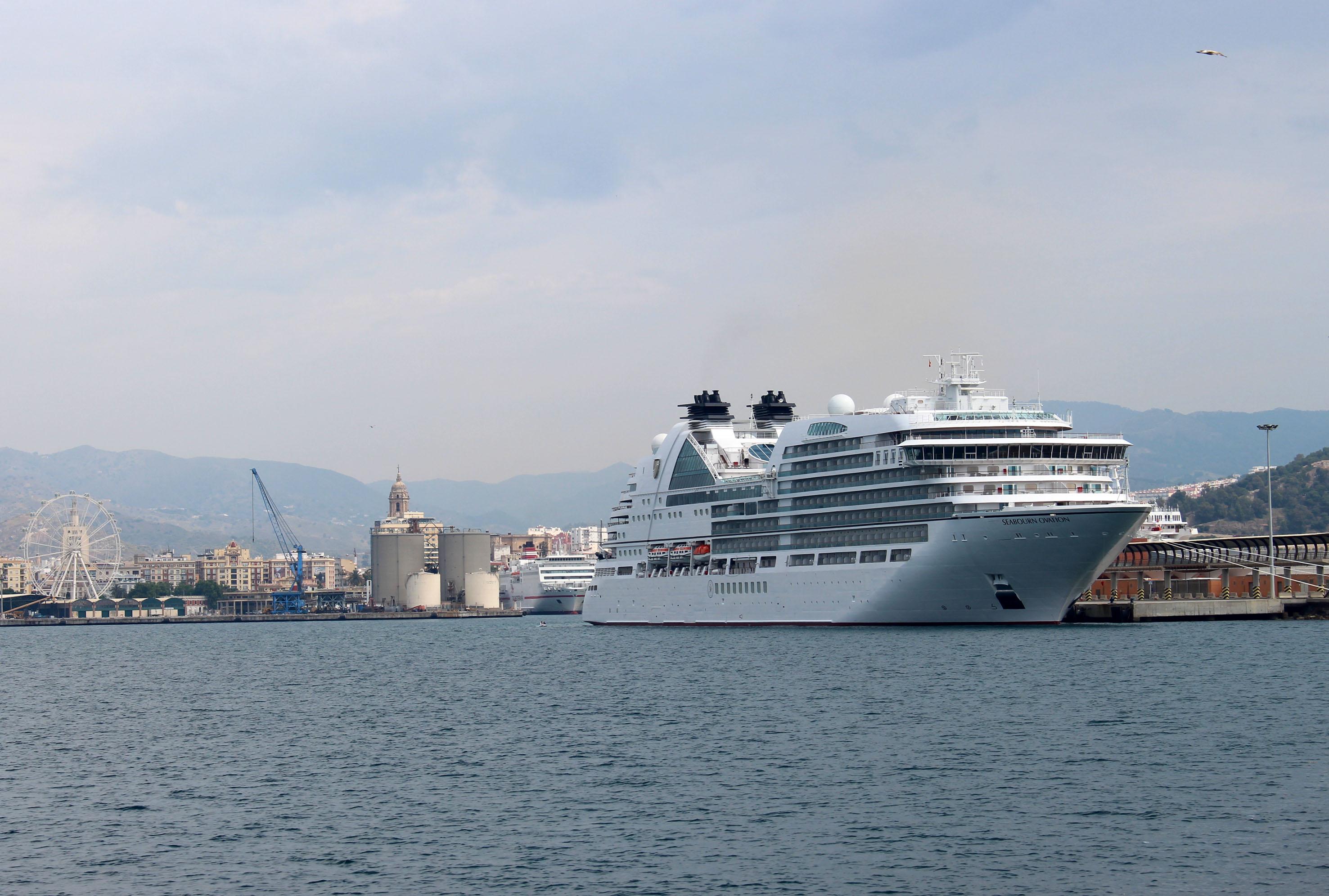 El nuevo y exclusivo 'Seabourn Ovation' visita el Puerto de Málaga por primera vez