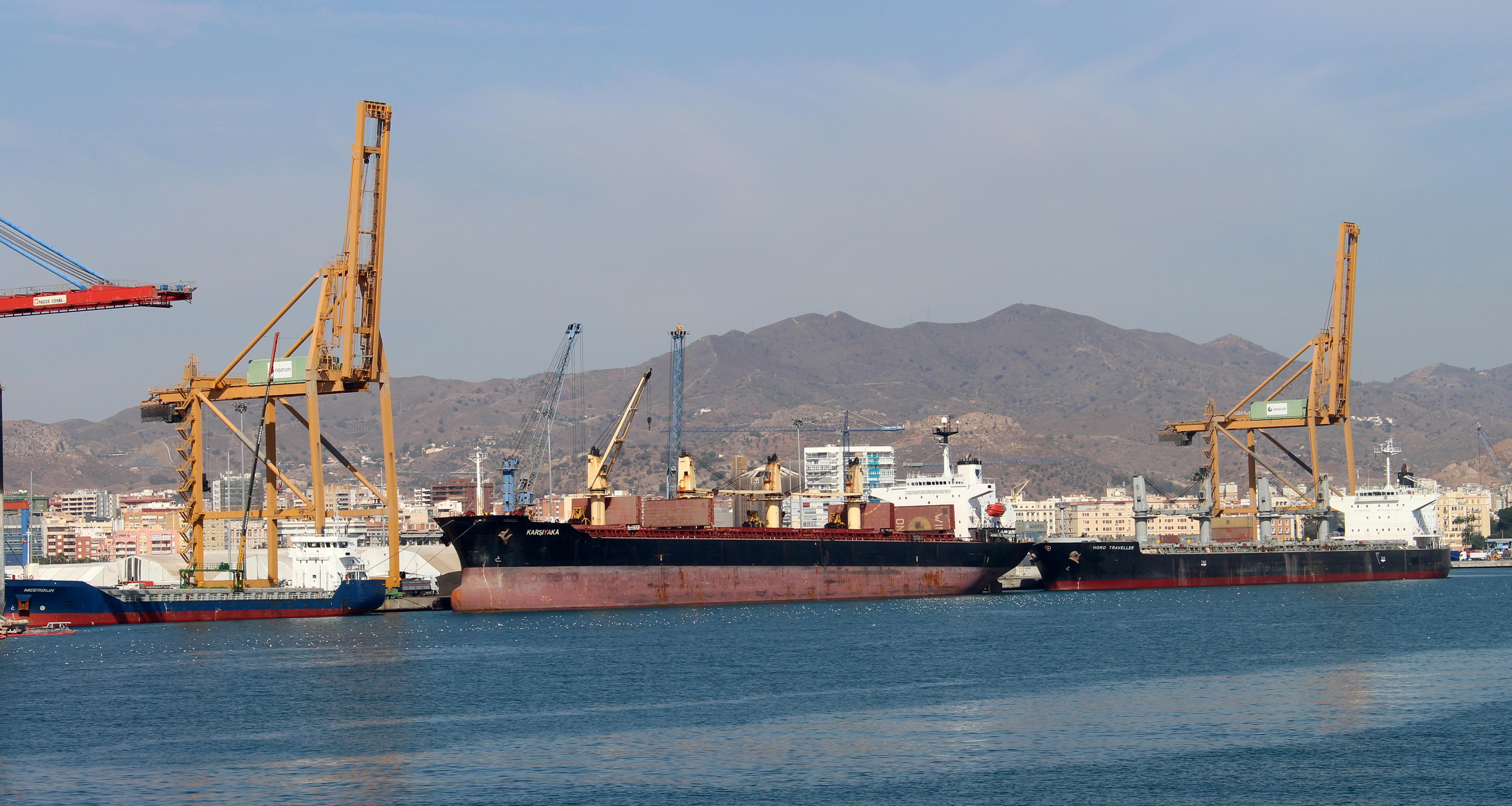 El Gobierno autoriza la contratación de dos trabajadores en el Puerto de Málaga para permitir el tráfico de mercancías durante los fines de semana