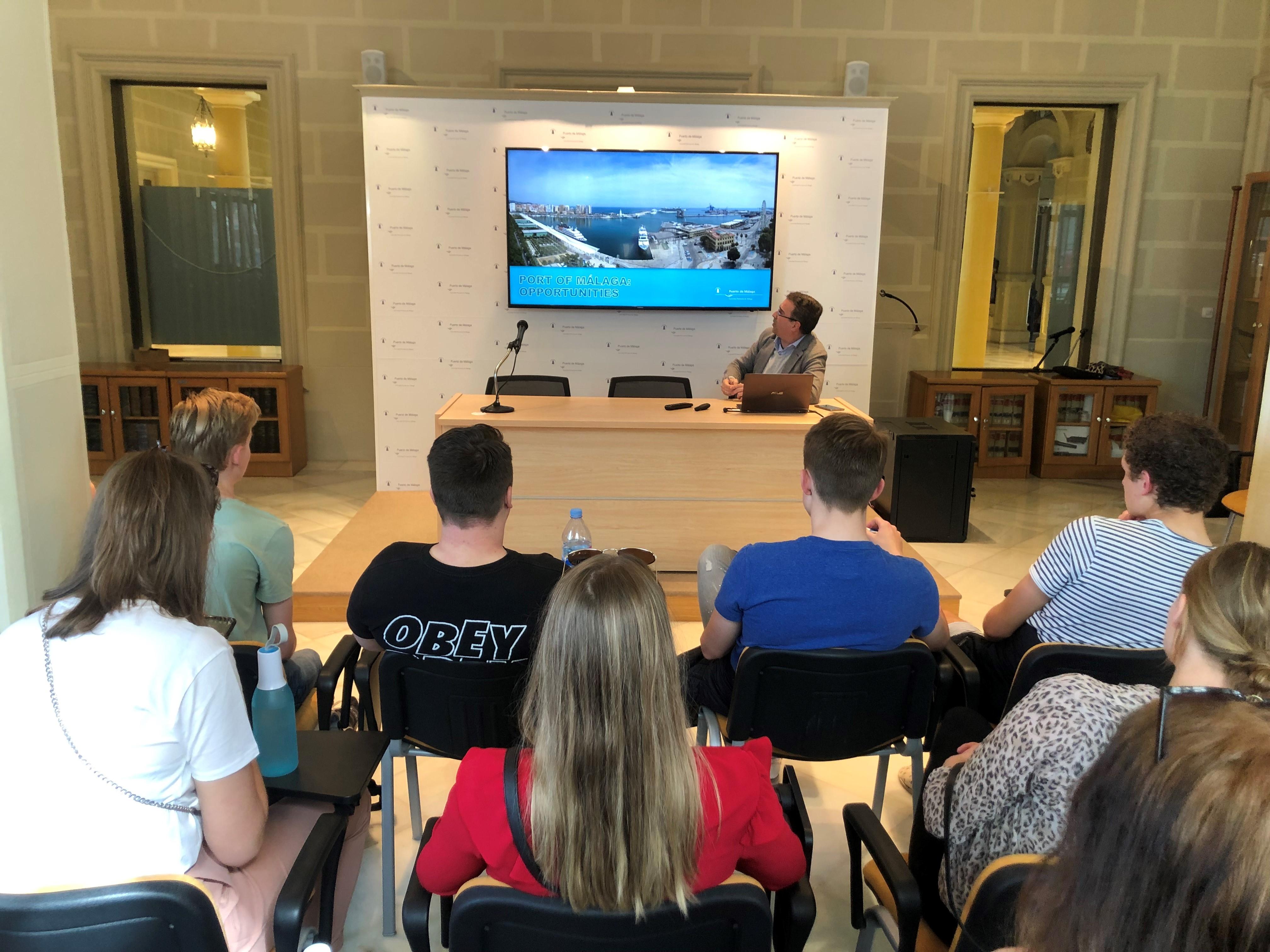 Grupo de estudiantes holandeses visita el Puerto de Málaga