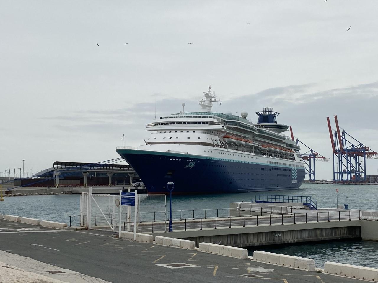 COVID-19. El buque 'Sovereign' de Pullmantur atraca en el Puerto de Málaga con un permiso especial de Sanidad Exterior